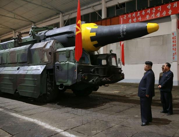 Foto divulgada pela agência oficial KCNA mostra o ditador Kim Jong-un (esq.) inspecionando um míssil em um local não determinado