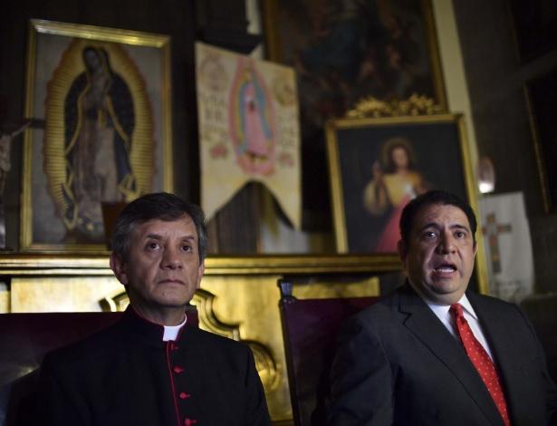 O advogado da arquidiocese da Cidade do México, Armando Martinez, acompanhado do sacristão maior da catedral metropolitana, Ricardo Valenzuela, fala durante coletiva de imprensa sobre a tentativa de homicídio
