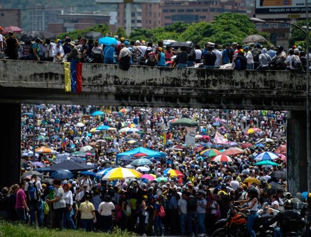Oposicionistas fazem protesto contra o governo do presidente Nicolás Maduro, em Caracas (Venezuela)