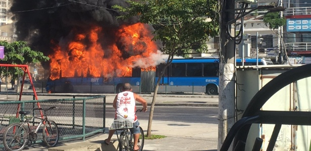 Um ônibus foi incendiado em Madureira após confronto entre a polícia e criminosos