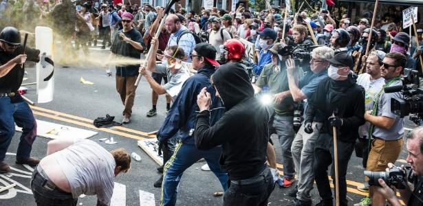 12.ago.2017 - Nacionalistas brancos entram em confronto em protesto em Charlottesville, Virgínia