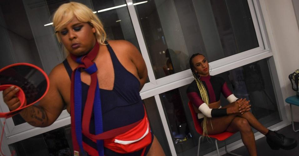 A cantora transgênero MC Linn da Quebrada (dir.) e um dançarino antes de apresentação no Museu da Arte, no Rio de Janeiro