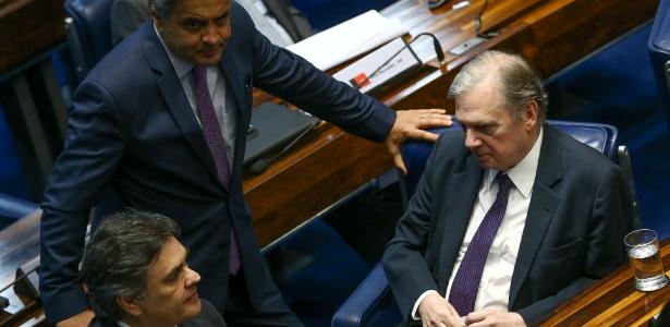Tasso Jereissati (CE) conversa com os senadores tucanos Aecio Neves (MG) e Cassio Cunha Lima (PB) antes da reunião da bancada na Câmara - Pedro Ladeira/Folhapress