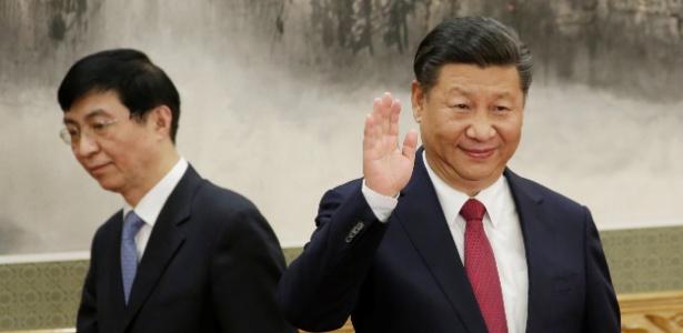 25.out.2017 - Wang Huning (à esq.), novo membro do Politburo chinês e estrategista do presidente Xi Jinping