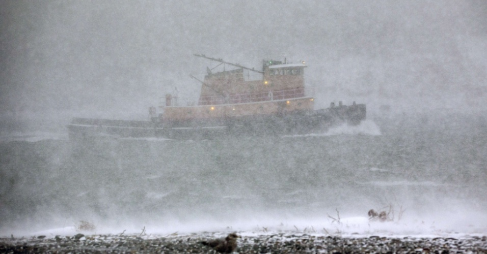 4.jan.2018 - Barco navega durante tempestade de neve, em Hull, Massachusetts, EUA