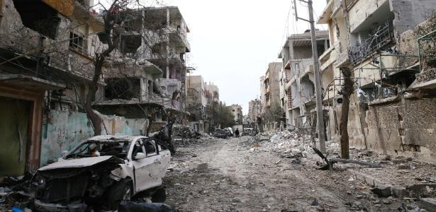 Carros e prédios destruídos em Douma, em Ghouta Oriental, na Síria - Bassam Khabieh/ Reuters