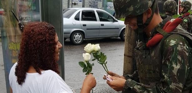 08.mar.2018 - Militar oferece rosa para moradora da Vila Kennedy - Comando Militar do Leste/Divulgação