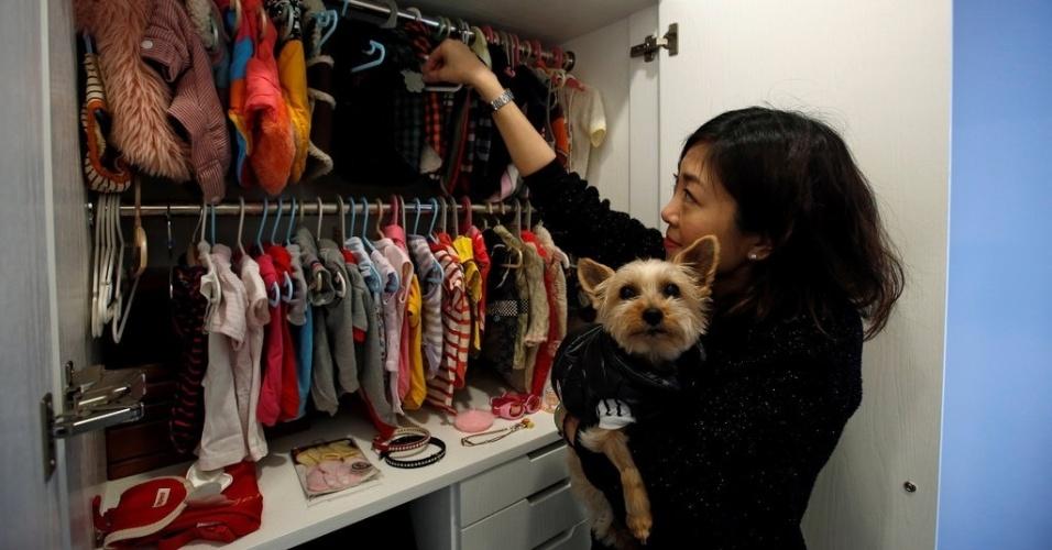 Voos de luxo para cães - Zoe Man e cão no closet