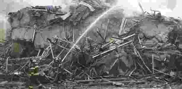 Bombeiros combatem chamas em escombros do prédio de 24 andares que pegou fogo e desabou na região do Largo do Paissandu, no centro de São Paulo - Marcelo Justo/UOL