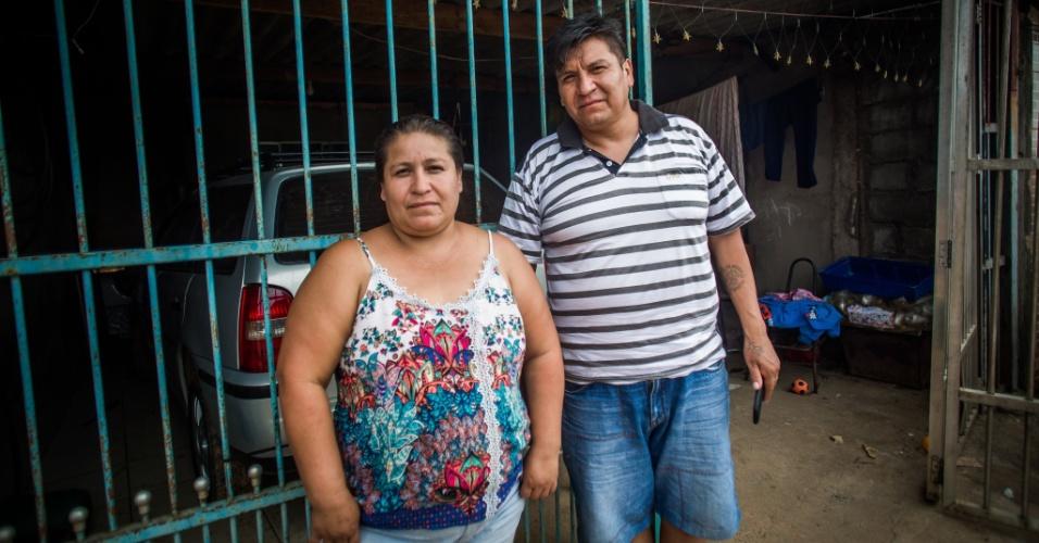 14.abr.2018 - Casal faz parte de uma das 50 famílias bolivianas que moram na ocupação Araguaia, no Iguatemi, no extremo leste de São Paulo