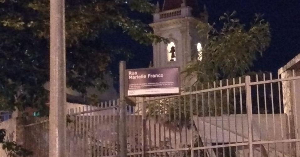 """10.mai.2018 - A placa com o nome da rua em que o crime ocorreu foi coberta com os dizeres """"rua Marielle Franco"""". O mesmo ocorreu em diversas placas da avenida Rio Branco, no centro da cidade, no ato realizado no dia seguinte ao assassinato."""