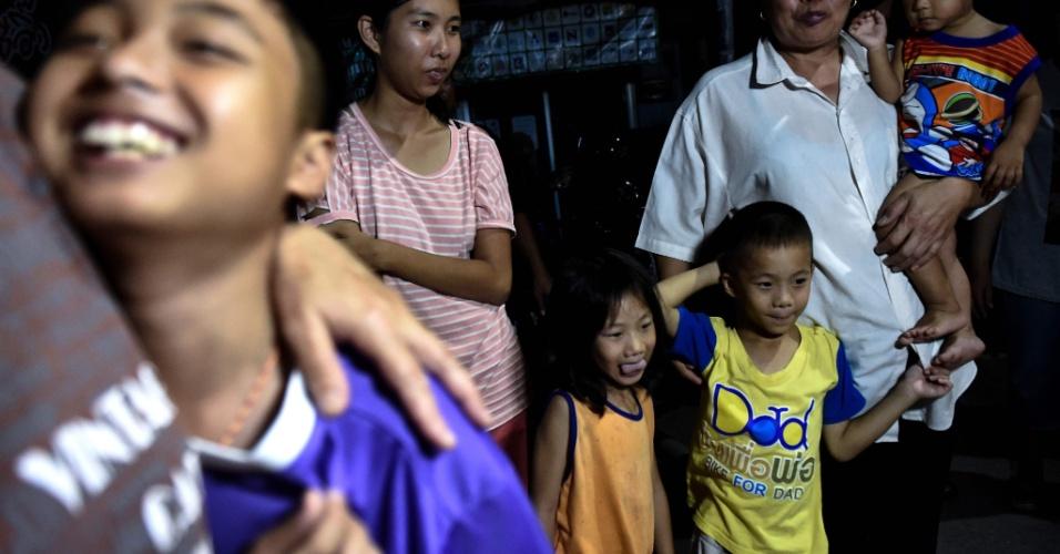 """10.jul.2018 - Próximo a hospital onde garotos resgatados de caverna estão em quarentena, pessoas celebram o final feliz do drama dos """"Javalis Selvagens""""."""
