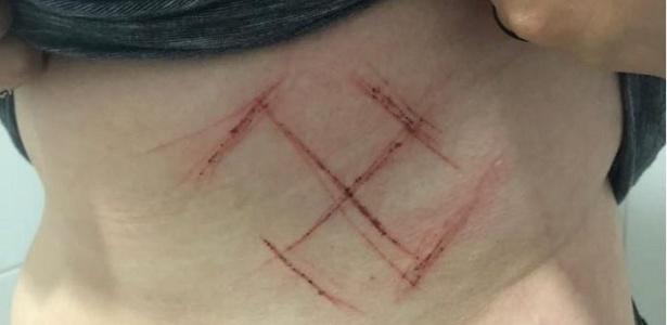 8.out.2018 - Uma mulher afirmou ter sido marcada em represália por usar uma camiseta em que estava escrito #Elenão