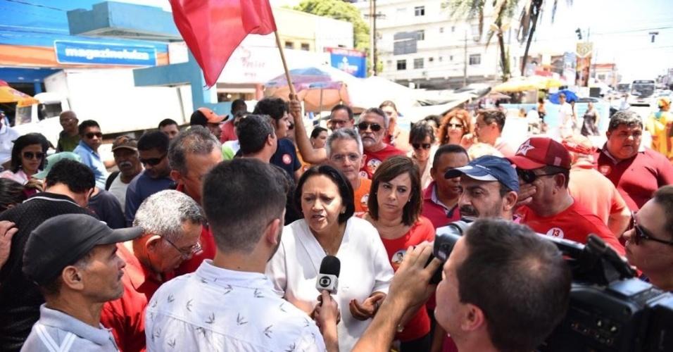 26.out.2018 - Fátima Bezerra visita o bairro Alecrim, no RN