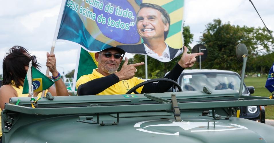 Apoiadores do candidato do PSL à presidência Jair Bolsonaro fazem carreata entre o estádio nacional e a Esplanada dos Ministérios, em Brasília (DF)