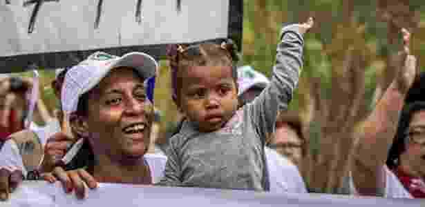 Sofya e a mãe, Simone, em foto de arquivo de 2016: a menina de três anos cresceu com os sintomas da lama da Samarco - Reprodução/Facebook
