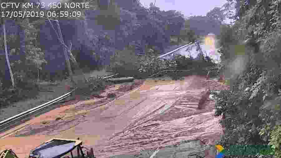 Rodovia dos Tamaios está interditado desde a tarde de ontem no trecho de serra, quando o acúmulo de chuva nas últimas 72 horas ultrapassou os 100 mm - Divulgação/Concessionária Tamoios