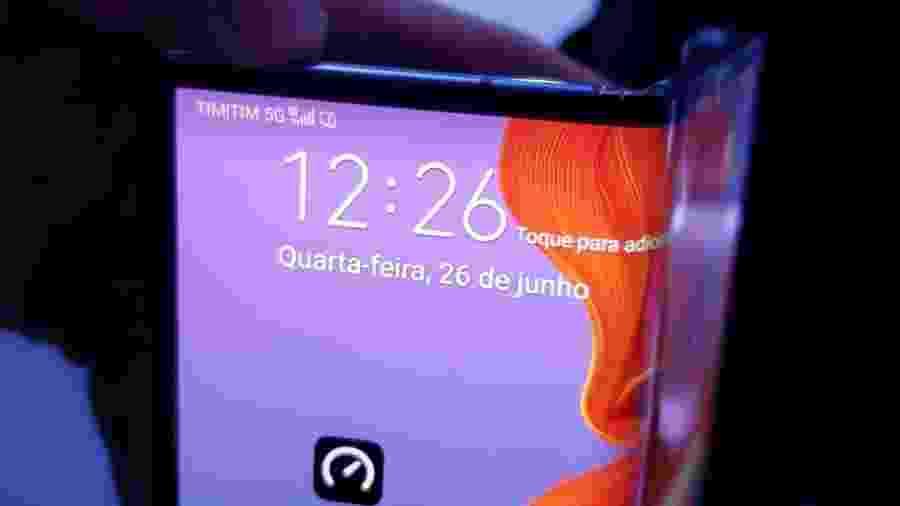 Mate X, celular dobrável da Huawei, recebendo sinal 5G no Brasil - Rodrigo Trindade/UOL