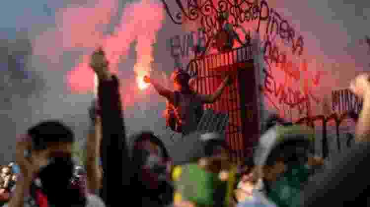 Algumas manifestações que começaram pacíficas acabaram em saques e queima de prédios - Getty Images