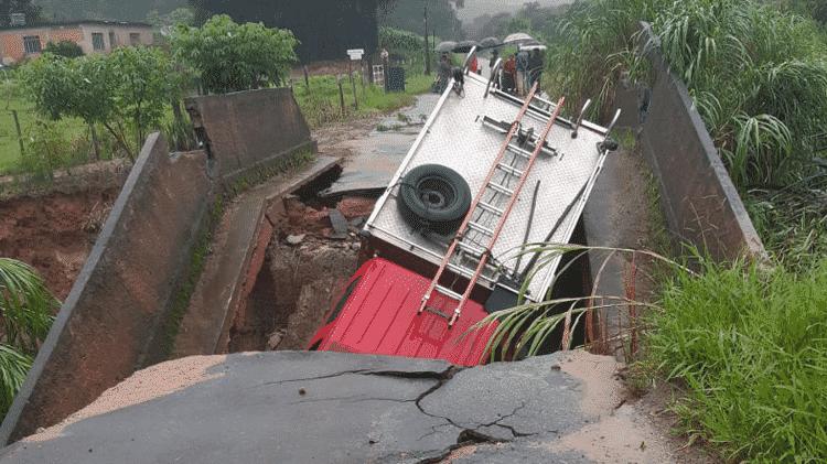 Carro dos Bombeiros não conseguiu passar por ponte na rodovia MG-135 - Corpo de Bombeiros de Minas Gerais/Divulgação