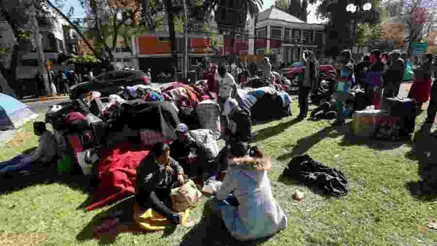 28.abr.2020 - À espera de repatriação, cerca de 400 bolivianos acampam em frente ao consulado do país em Santiago, no Chile - Marcelo Hernandez/Getty Images