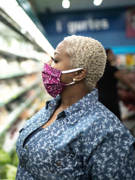 Consumidora faz compras em supermercado em meio à pandemia de coronavírus - Getty Images