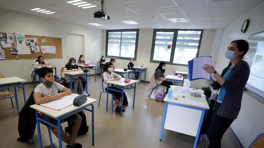 Alunos usam máscaras no College Sasserno, em Niece, na França, na reabertura com novas regras e distanciamento social por coronavírus - Eric Gaillard/Reuters