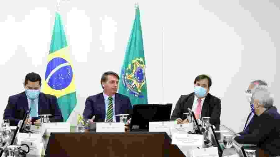 Bolsonaro, ladeado por Davi Alcolumbre (à esq.) e Rodrigo Maia, conduz reunião a distância com governadores. Clima foi ameno. E enganador! - Foto: Luis Macedo / Câmara dos Deputados/CP