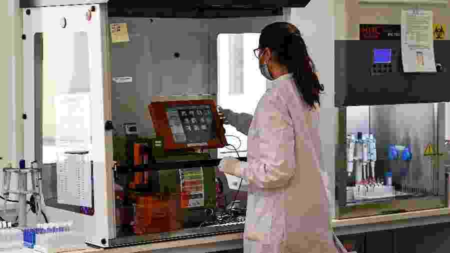 Funcionária realiza testes para coronavírus em laboratório em Bonn, Alemanha - POOL New