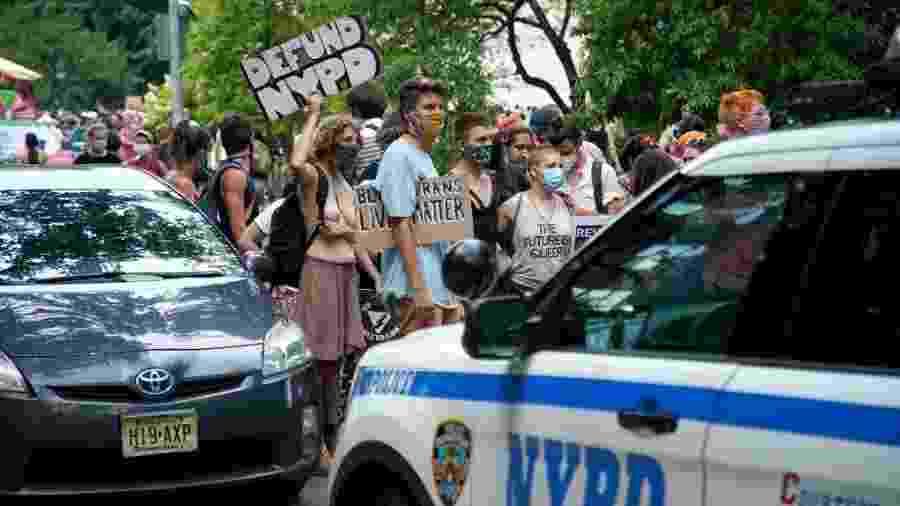 Manifestantes pedem o fim da Polícia de Nova York durante parada do Orgulho LGBT em Nova York - John Lamparski/Getty Images