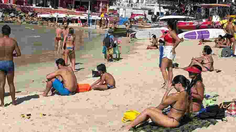 18.jul.2020 - Banhistas sentam na areia sem máscara de proteção, em descumprimento às regras de isolamento impostas pela Prefeitura do Rio - Herculano Barreto Filho/UOL