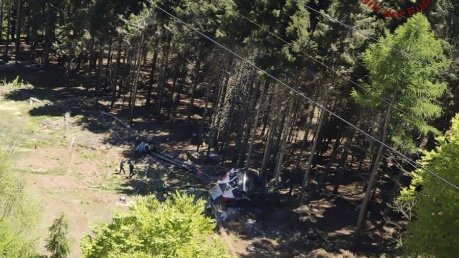 Teleférico cai na cidade de Stresa, na região do Piemonte, na Itália - Handout / Vigili del Fuoco / AFP