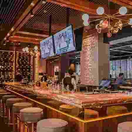 O bar central do Vasto tem cerca de 7 metros de comprimento e atravessa o restaurante, que tem 100 lugares - Divulgação/Luara Baggi - Divulgação/Luara Baggi