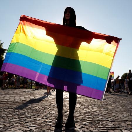 Manifestante segura a bandeira do Orgulho LGBTQIA+, na Hungria  - Bernadett Szabo/Reuters