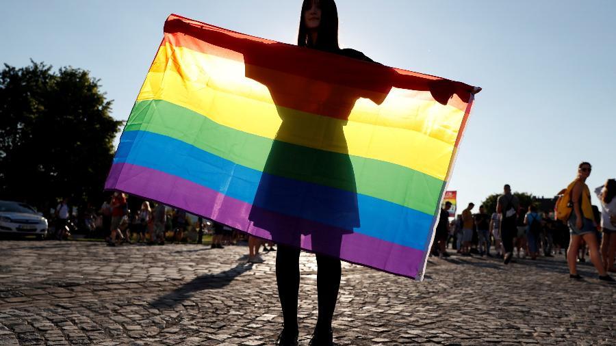 Manifestante segura a bandeira do Orgulho LGBT durante protesto em Budapeste, na Hungria  - Bernadett Szabo/Reuters