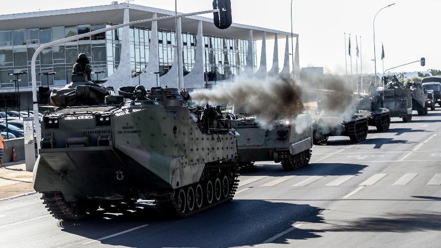 10 ago. 2021 - Desfile de veículos militares blindados na Esplanada dos Ministérios, em Brasília, na manhã de hoje - Gabriela Biló/Estadão Conteúdo