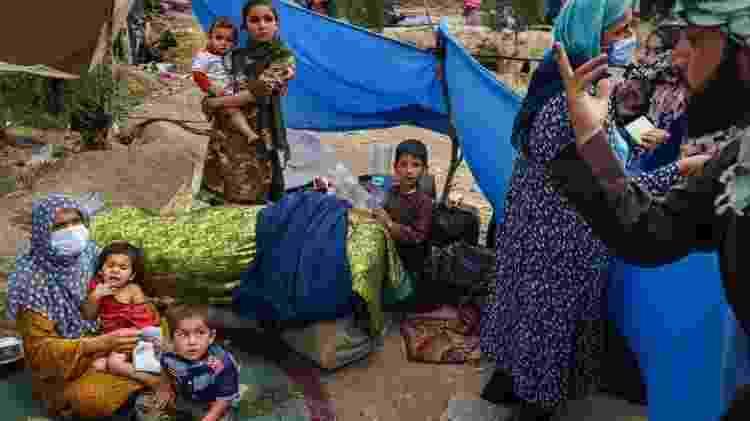 Família afegã deslocada por combates nos arredores de Cabul - Getty Images - Getty Images