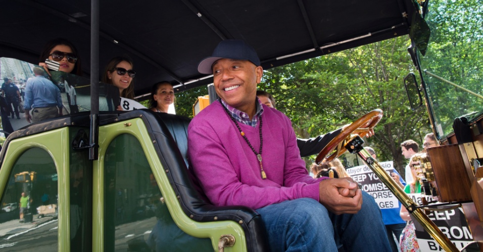 17.jul.2015 - Russell Simmons fala a jornalistas de dentro de seu carro elétrico, em frente à Prefeitura de Nova York, onde protestava pela proibição de carruagens com cavalos, uma atração da cidade norte-americana