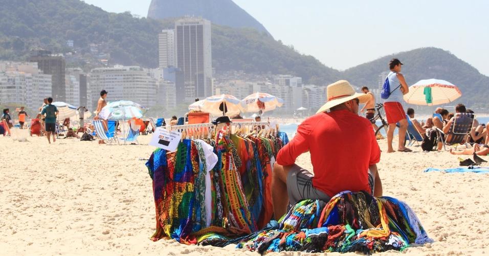 19.ago.2015 - Vendedor ambulante descansa na praia de Copacabana, zona sul do Rio de Janeiro, no dia mais quente do inverno. A estação Marambaia, localizada na capital fluminense, registrou a temperatura mais alta do inverno: 34,9ºC. Em Copacabana a máxima foi de 31,8ºC