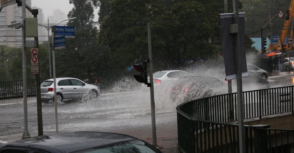 8.ago.2015 - Chuva alaga região do viaduto Pedro de Toledo, na Vila Clementino em São Paulo (SP)