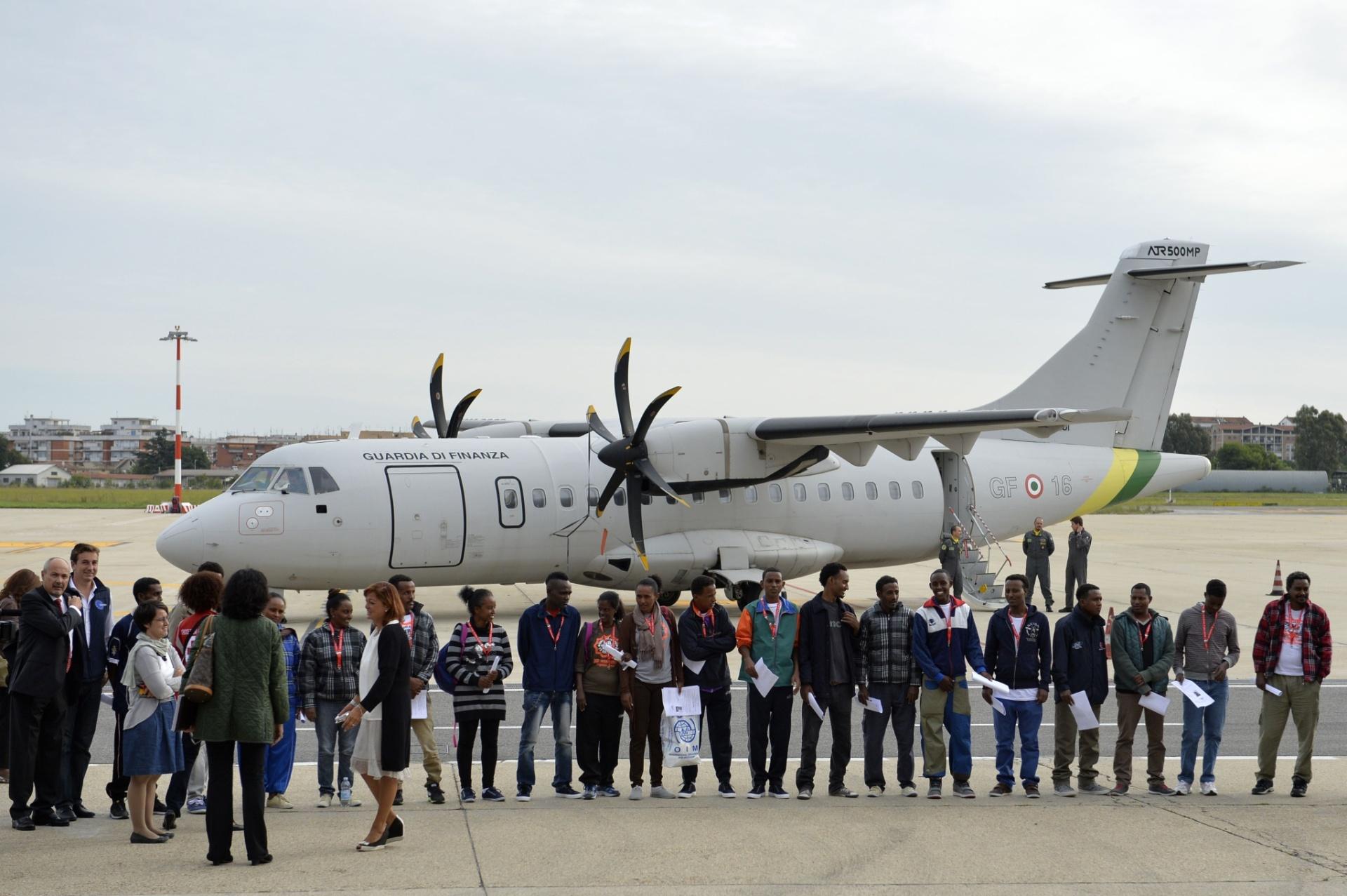 9.out.2015 - Grupo de refugiados da Eritreia se prepara para embarcar em avião rumo à Suécia, no aeroporto de Ciampino, em Roma (Itália). A viagem faz parte do novo programa da União Europeia para realocar refugiados em países do bloco