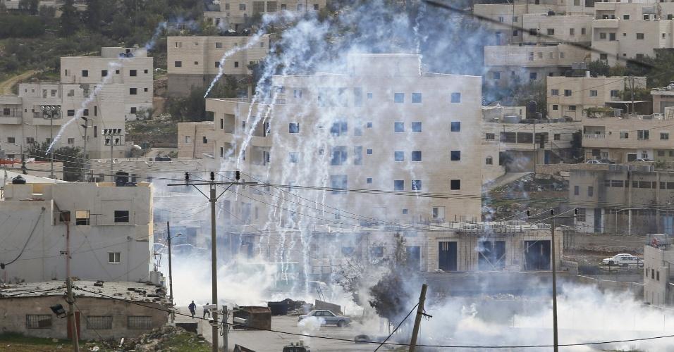 26.nov.2015 - Tropas israelenses disparam gás lacrimogêneo próximo a local onde um palestino teria tentado esfaquear guardas de fronteira israelenses em Hebron, na Cisjordânia