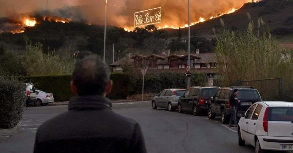 28.dez.2015 - Morador da cidade basca de Berango, na Espanha, observa incêndio florestal que se espalha pelo norte do país