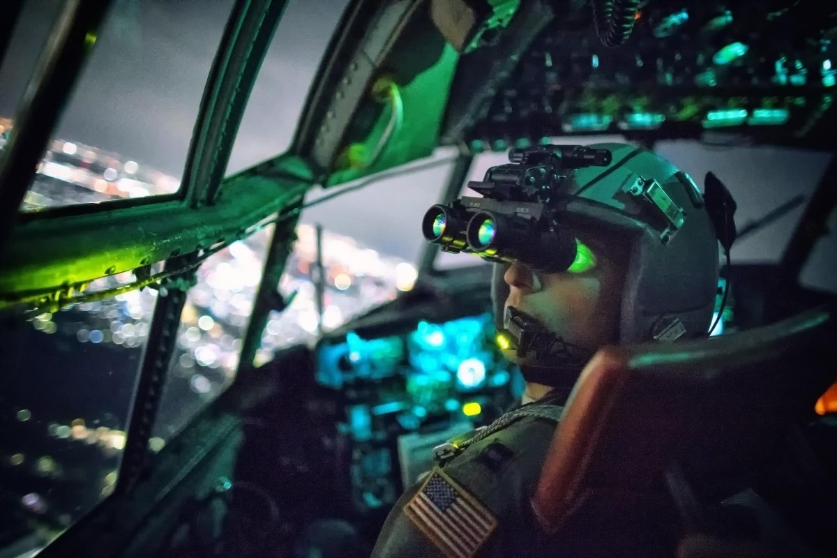 13.jan.2016 - O capitão Thomas Bernard, da Força Aérea dos Estados Unidos, realizou uma confirmação visual com óculos de visão noturna durante uma missão de treinamento sobre Kanto Plain, no Japão, em outubro de 2015