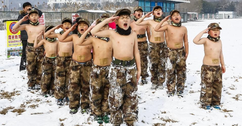 2.fev.2016 - Crianças participam de treinamento de esportes militares em campo nevado de Nanjing, na província de Jiangsu, localizada no leste da China