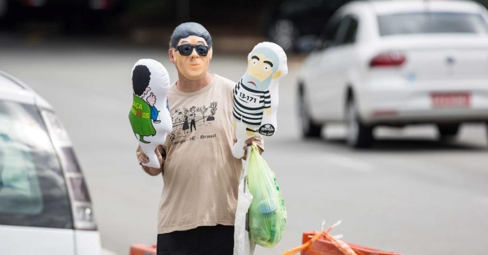 4.mar.2016 - Ambulante vende versões menores do pixuleco, boneco inflável que representa Lula, em frente ao aeroporto de Congonhas, na zona sul de São Paulo, onde o ex-presidente L Luiz Inácio Lula da Silva prestou depoimento à Polícia Federal na 24ª fase da operação Lava Jato