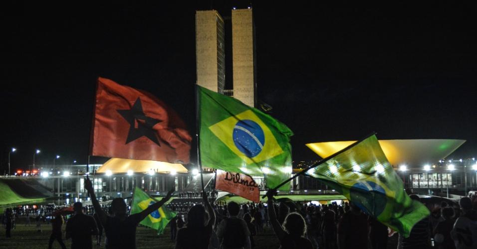 18.mar.2016 - Em Brasília, manifestantes a favor da democracia protestam e erguem bandeiras