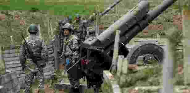 7.abr.2016 - Mesmo com um acordo de cessar-fogo na região da autoproclamada república de Nagorno Karabakh após quatro dias de intensos combates, os soldados armênios continuam de prontidão. Há mais de 25 anos armênios e azerbaijanos vivem em atrito. As Forças Armadas do Azerbaijão disseram ter perdido 31 soldados no mais recente conflito - Reuters/Staff