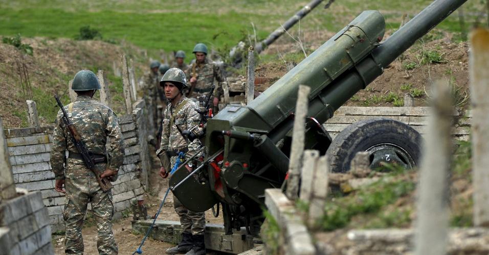7.abr.2016 - Mesmo com um acordo de cessar-fogo na região da autoproclamada república de Nagorno Karabakh após quatro dias de intensos combates, os soldados armênios continuam de prontidão. Há mais de 25 anos armênios e azerbaijanos vivem em atrito. As Forças Armadas do Azerbaijão disseram ter perdido 31 soldados no mais recente conflito