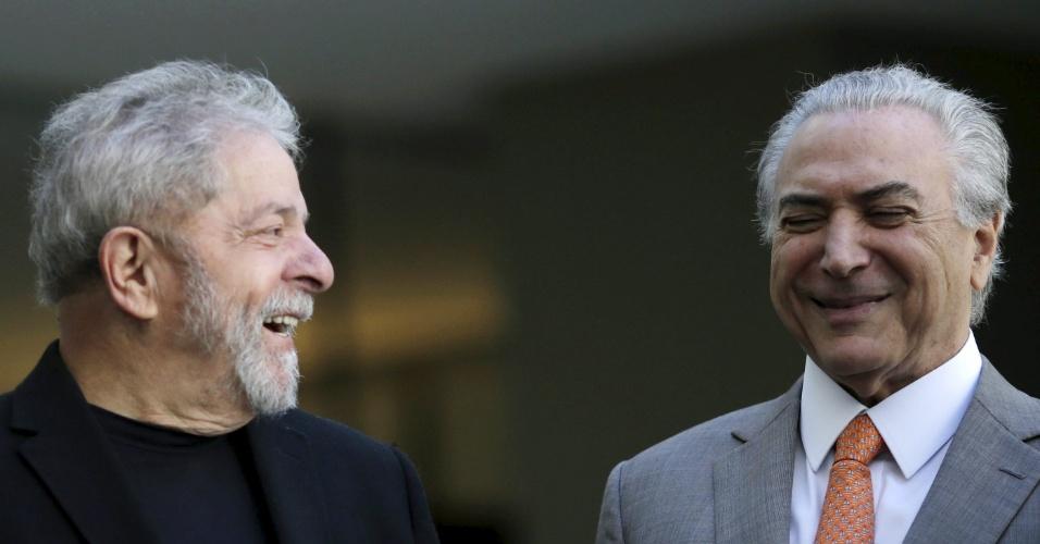 O ex-presidente Luiz Inácio Lula da Silva (à esq.) e o vice-presidente Michel Temer gargalham durante encontro com outros políticos do PMDB, no Palácio do Jaburu, em Brasília